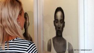 Зрителите с напрегнат интерес се мъчат да прозрат посланията, закодирани в 4-те автопортрета на художничката.