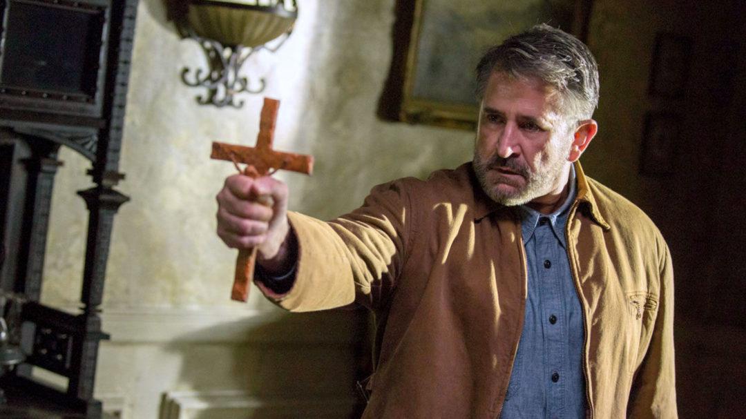 За този кадър спокойно можеха да поканят и отец Гелеменов като професионален бесогон