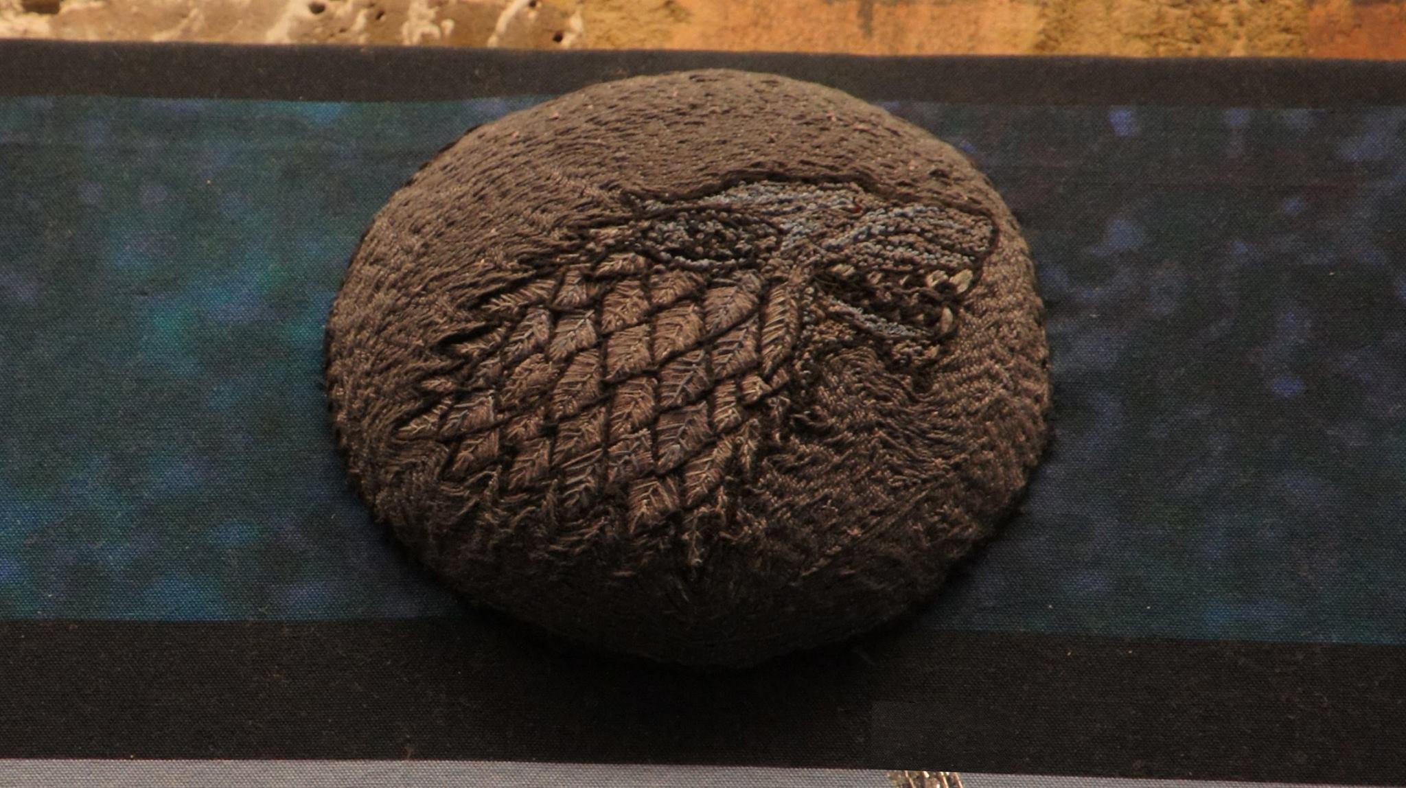 """Вълкът е фамилният герб на дома Старк, това е т.н. """"фъкана"""" бродерия"""