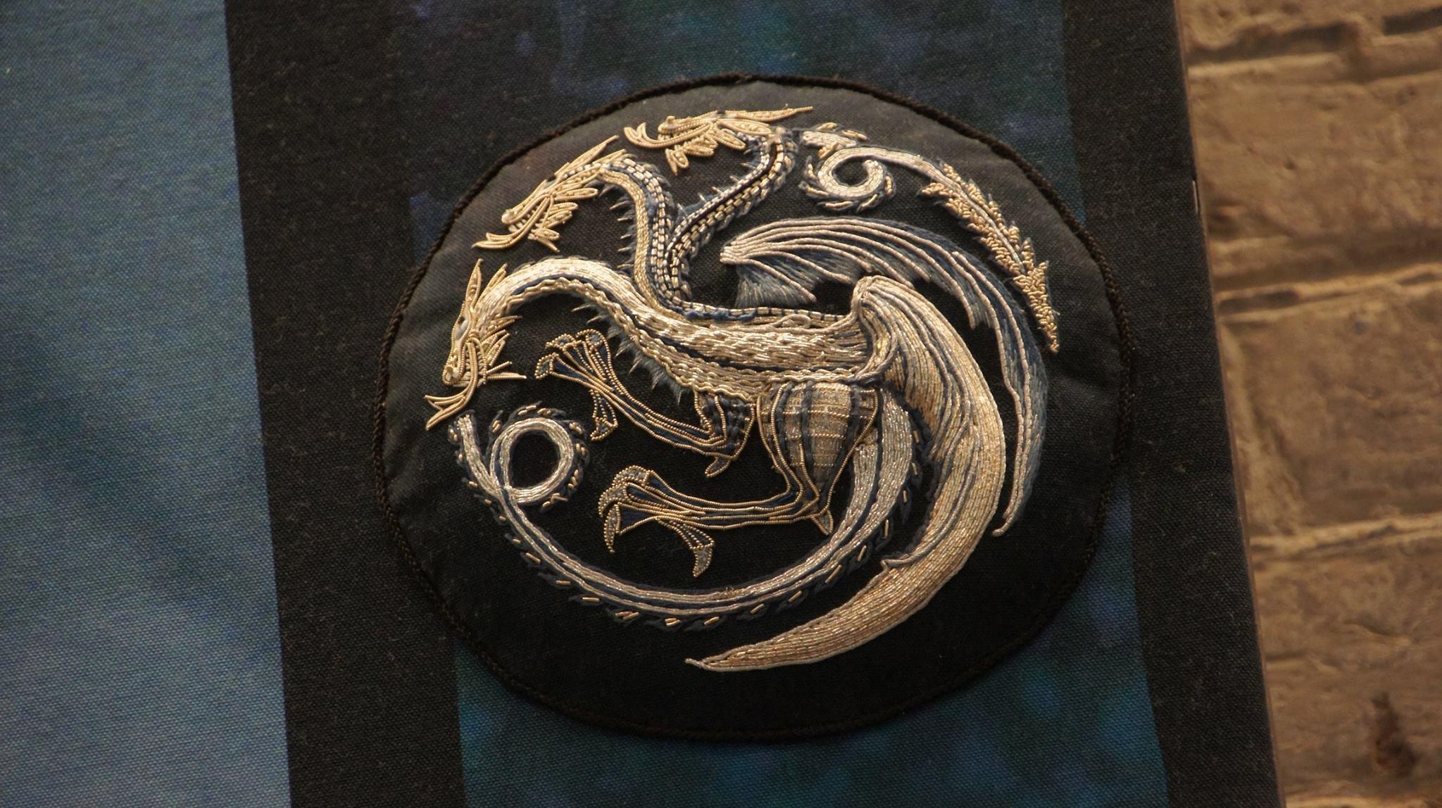 Огнедишащият дракон е символът на дома Таргариен – златосърмена бродерия