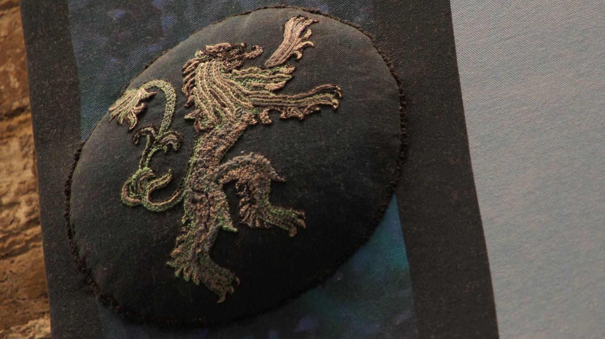 Лъвът е символът на дома Ланистър, бродерия с цветни конци