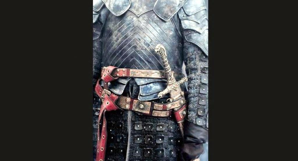 """Коланите, ръкавите на ризницата и полата на този костюм също са украсени с т.н. """"сарашка"""" бродерия от отделни парчета кожа, тънки кожени ленти, пошиван плат и капси"""