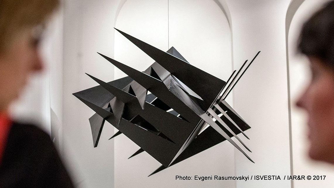 Хартиените обекти на Кирил Александров, неизвестно защо, също се броят за скулптура