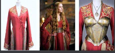 Златосърмена бродерия по червен копринен бархет, украсен с позлата сребърен метален корсаж и медалион, изграждат не само външния вид на персонажа но и говорят за неговия статус