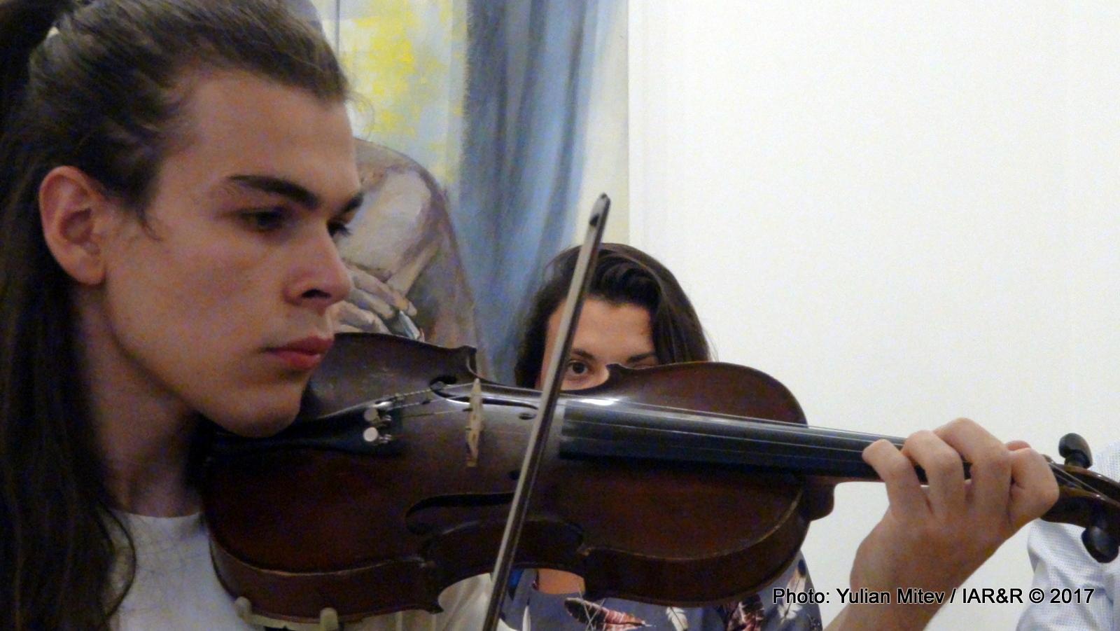Младият цигулар Васил Гешев изпълни пред публиката свои инструментални вариации, съзвучни с темата на изложбата