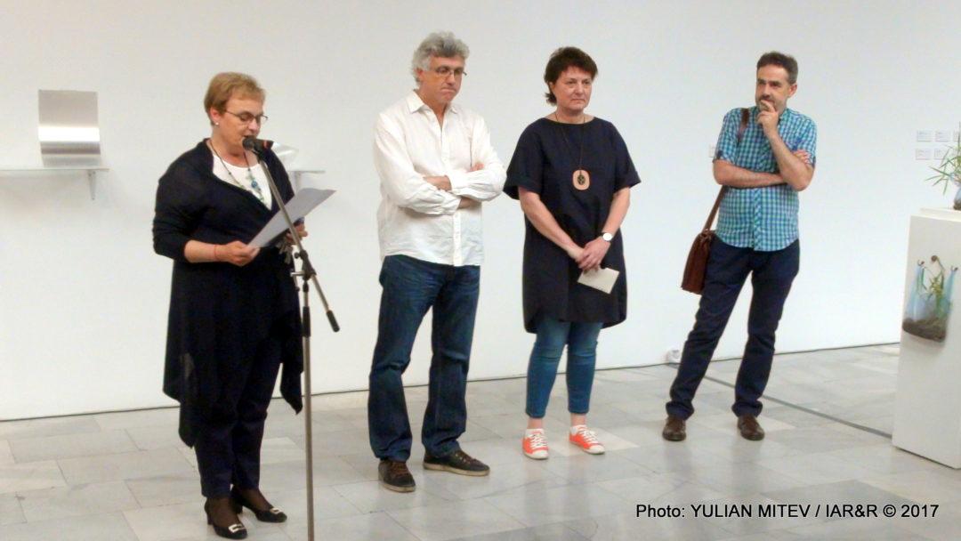 Директорката на СГХГ Аделина Филева (пред микрофона) Открива дългоочакваното от столичния арт елит събитие, което ще даде крила на нашите млади художници, работещи в областта на съвременните артистични медии. До нея (от ляво надясно) са художникът Правдолюб Иванов-Правдо, изкуствоведката Мария Василева и председателят на тазгодишното жури – проф. Петер Цанев