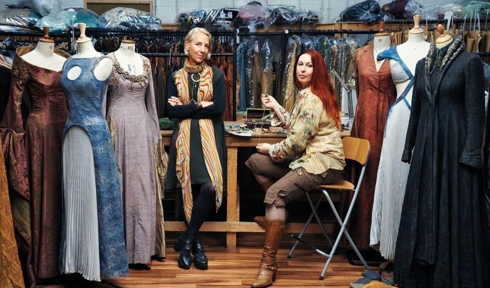 Седналата на стола е Michele Carragher, която е в шивашкото ателие, заедно с дизайнерката на сценичните костюми Michele Clаpton