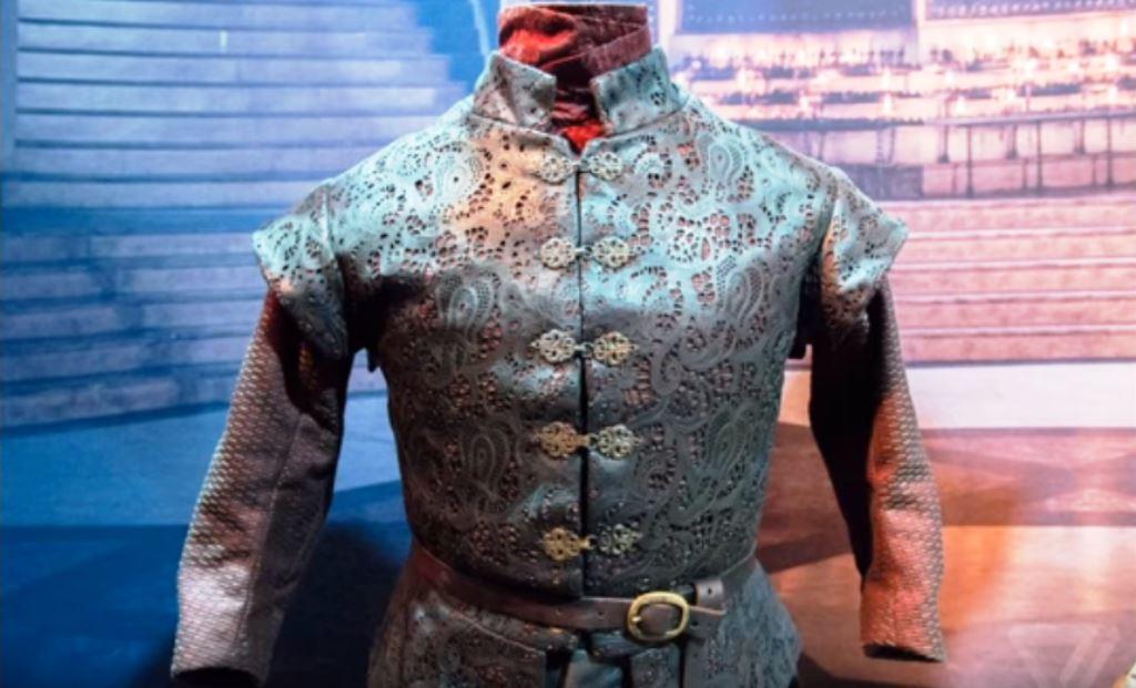 """Прословутата кожена """"жилетка"""" на Тирион Ланистър, украсена с рязана бродерия и декоративни месингови копчета-кукички"""