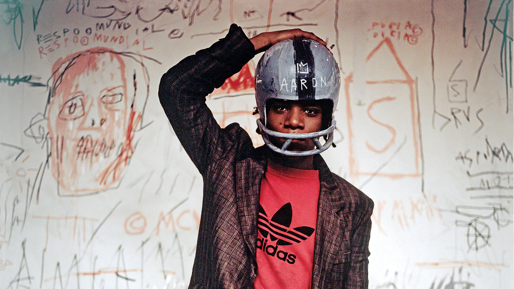 "Едо Бертолио. ""Жан-Мишел Баскиа в шлем за ижгра на американски футбол. 1981 г."" (фрагмент). Photo: © Edo Bertoglio, courtesy of Maripol. Artwork: © The Estate of Jean-Michel Basquiat. Licensed by Artestar, New York"