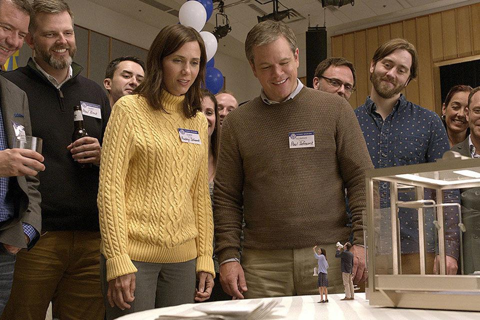 """Мат Деймън (в центъра)и негивия герой с умален ръст във филма-откритие """"Смаляване на ръста"""" (оригинално заглавие Downsizing), Photo: Black Bear Pictures"""