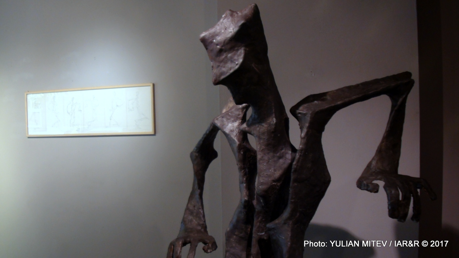 Мартин Трифонов представа скулптура в човешки ръст – основният обем е изграден от своеобразно огънати повърхности