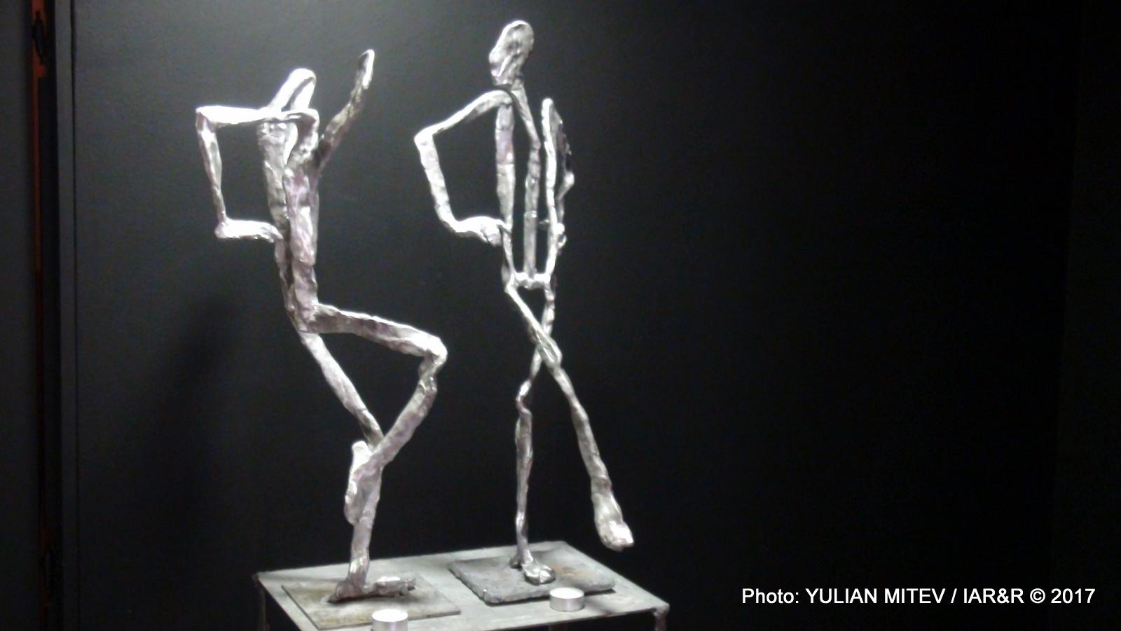 Основното в тази кавалетна скулптура са линиите, изграждащи своеобразние абриси на телата и мястото им в пространството