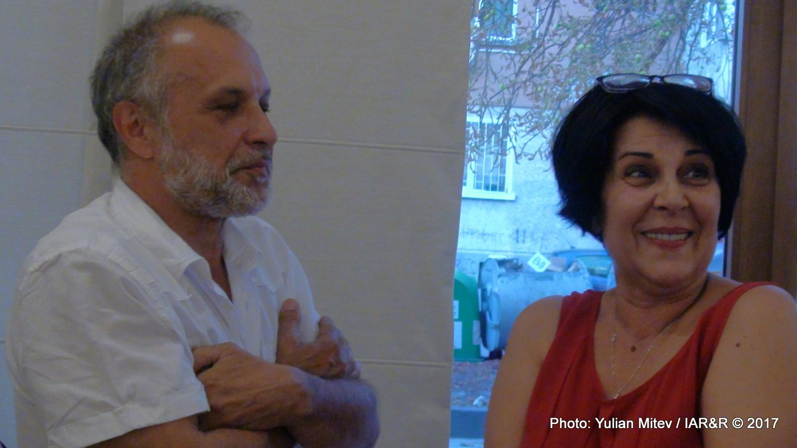 От ляво на дясно: Филип Зидаров (изкуствовед) и Росица Доганджиева (галерист). Филип Зидаров и публиката, събрала се по време на откриване на изложбата Monkey Times, поздравиха галеристката с нейния рожден ден