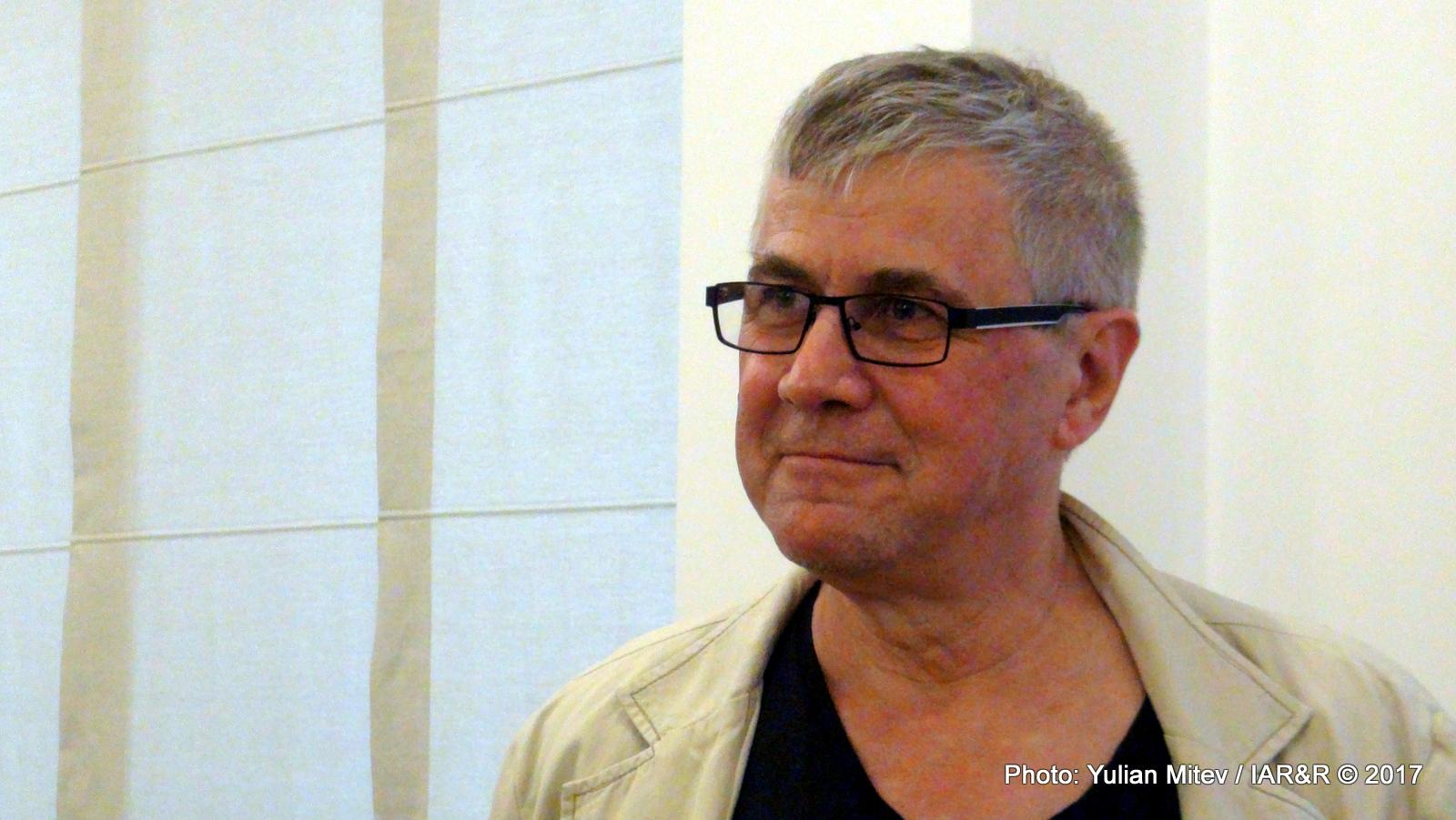 """Извънстудиен портрет на художника Николай Панайотов, направен по време на откриването на неговата изложба Monkey Times на 18 септември 2017 г. в галерия """"Стубел"""" в София"""