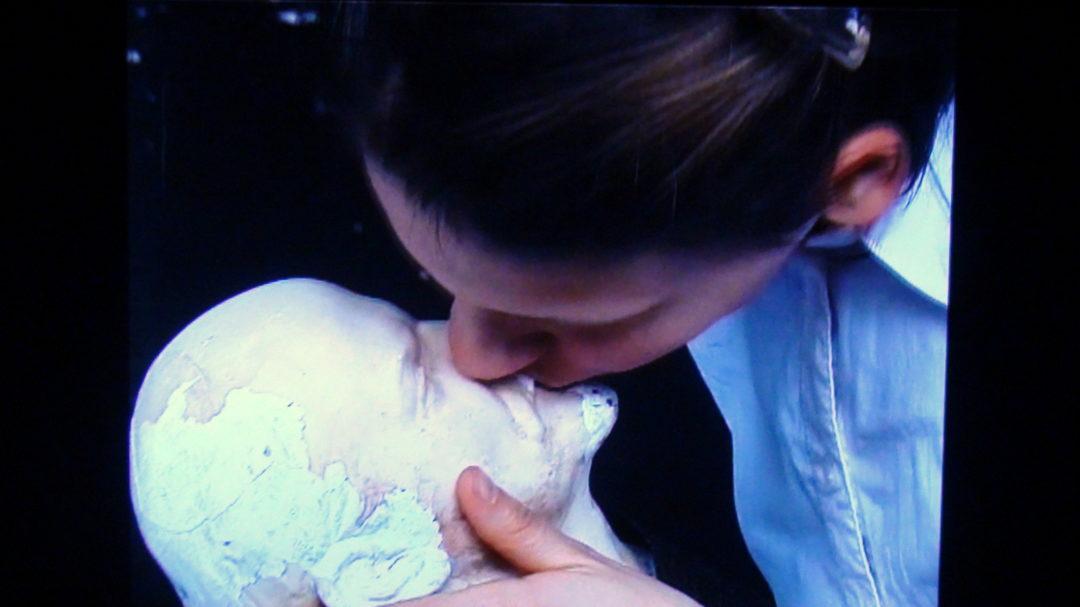 """Фрейм от видеоарта на Магда Тотова """"Ленин и девойката"""" (2003)"""