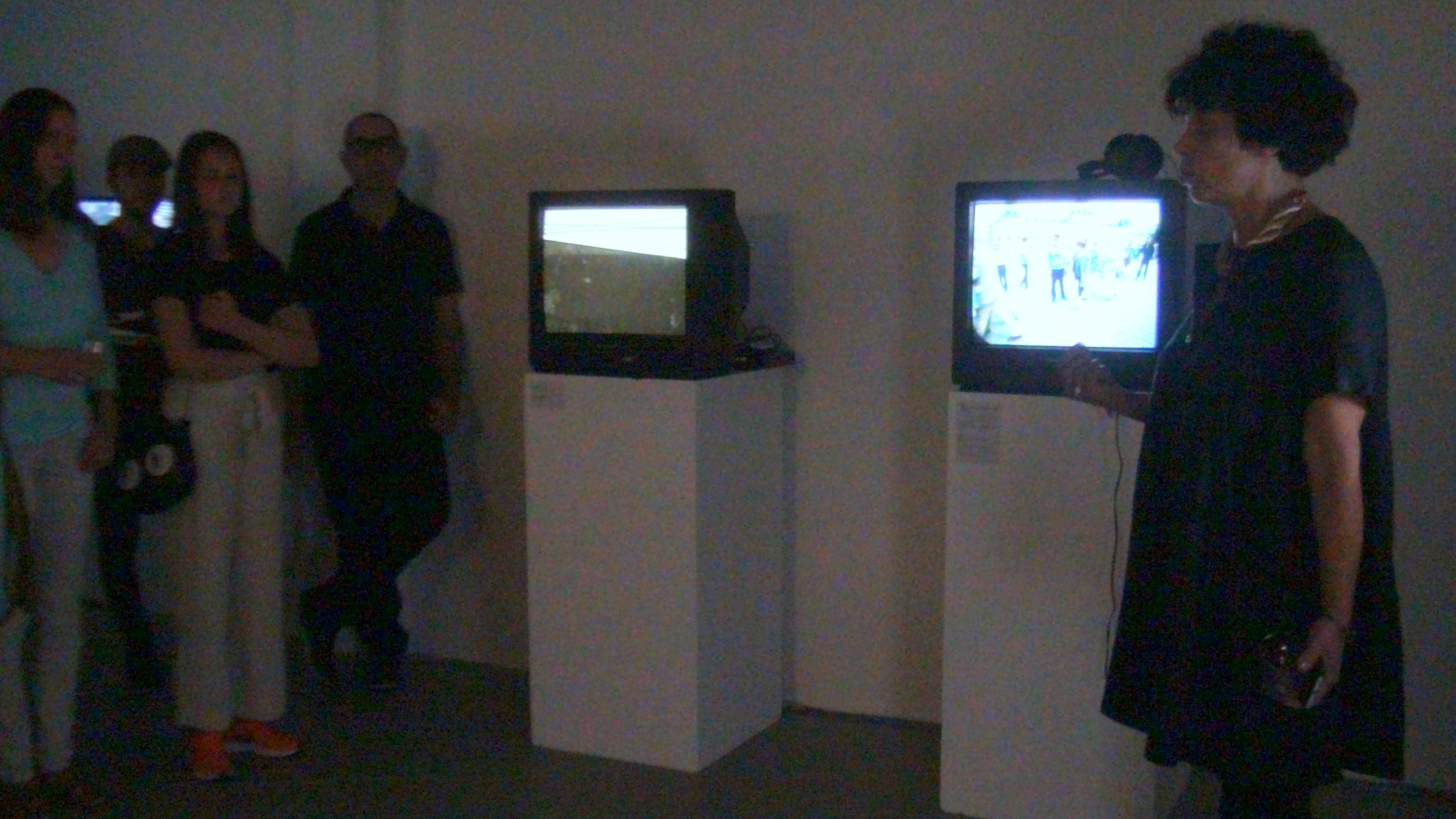 """В пълна тъмнина и на фона на звука от 9 видеоарта, кураторът на изложбата Яра Бубнова сподели със зрителите своите възгледи за """"Великата и проклетата..."""" а също и за експонатие, които я олицетворяват"""