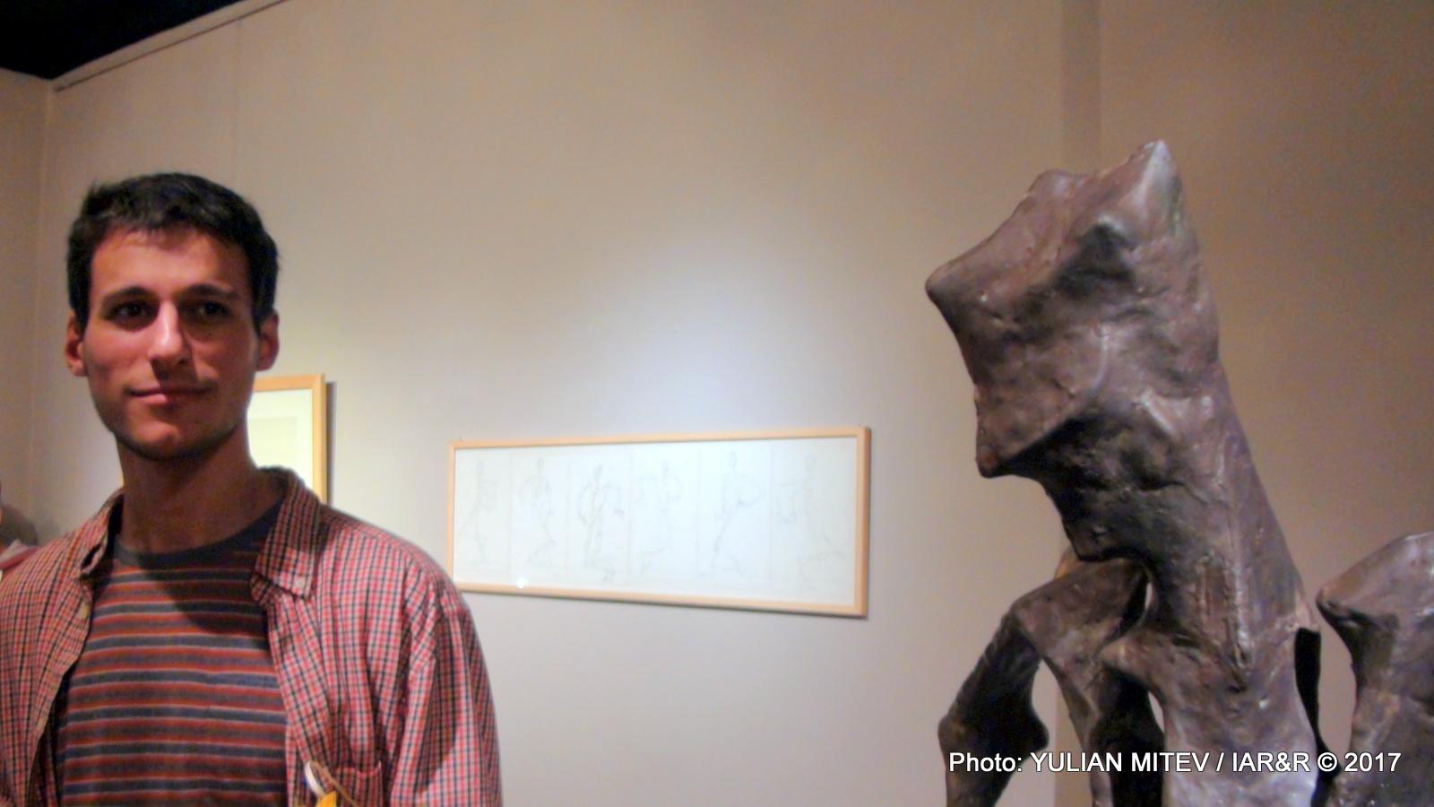 Младият скулптор Мартин Трифонов, заедно със своето творение