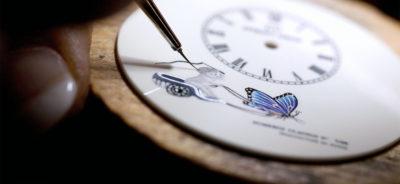 Живописта върху циферблатите се прави с копринена четка с дебелина 0,5 мм