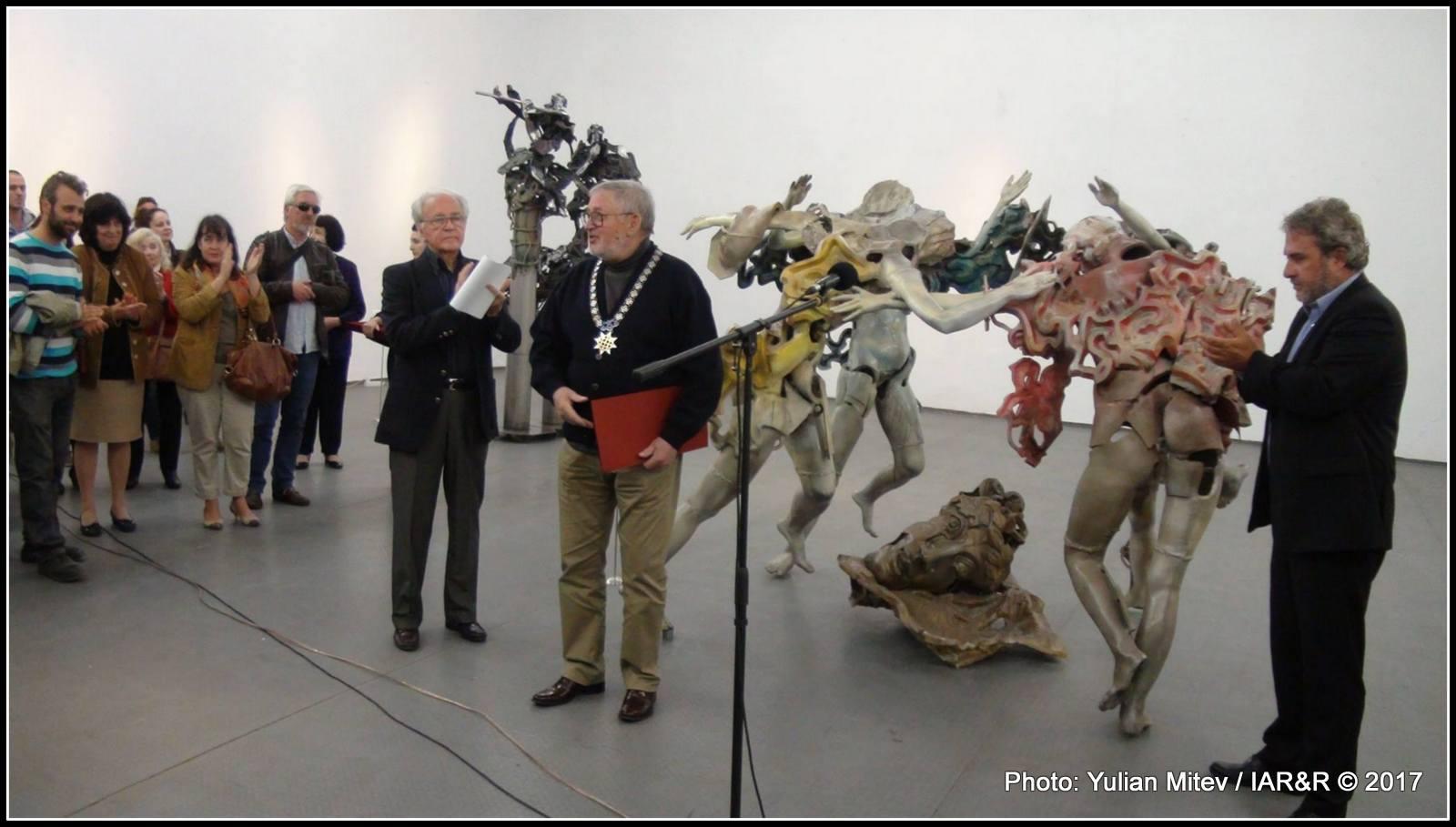 Приветстван топло от събралото се множество почитатели на неговото творчество, скулпторът благодари за проявения към неговото дело интерес