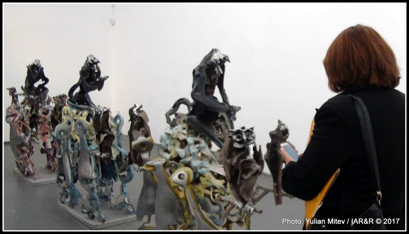 Скулптурната група, при това повторена 3 пъти, което дава представа за развитието на процеса, бе един от знаковитге елементги на изложбата