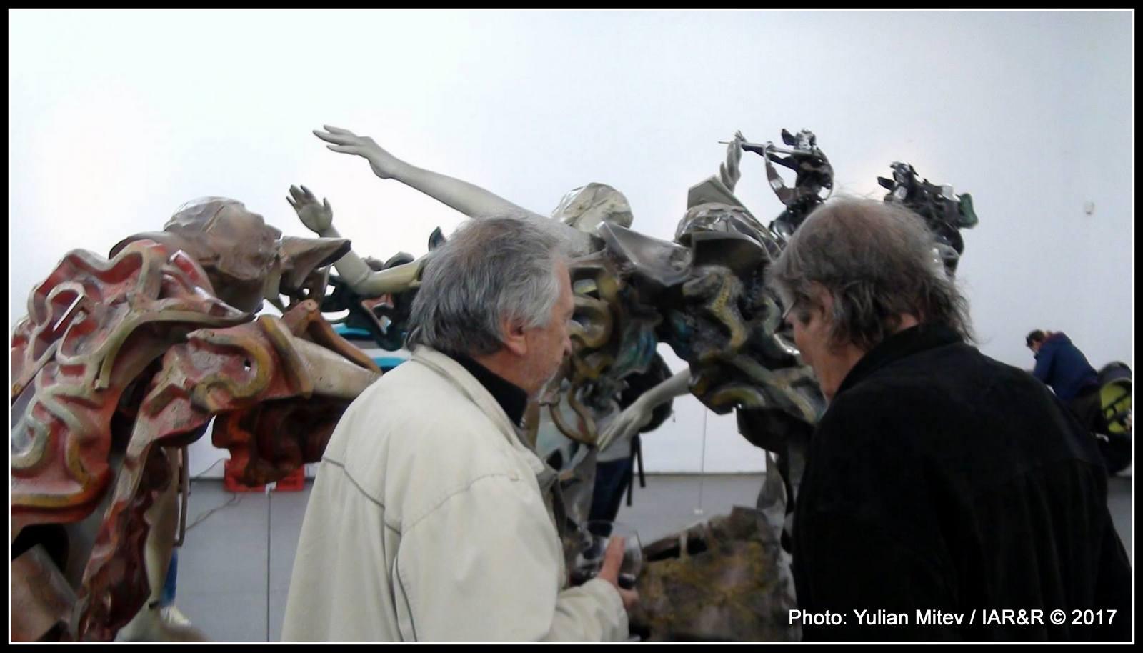 Въвеждащият изложбен елемент е внимателно разгледан и взаимно обсъден от многото художници и скулптори, дошли да поздравят своя колега