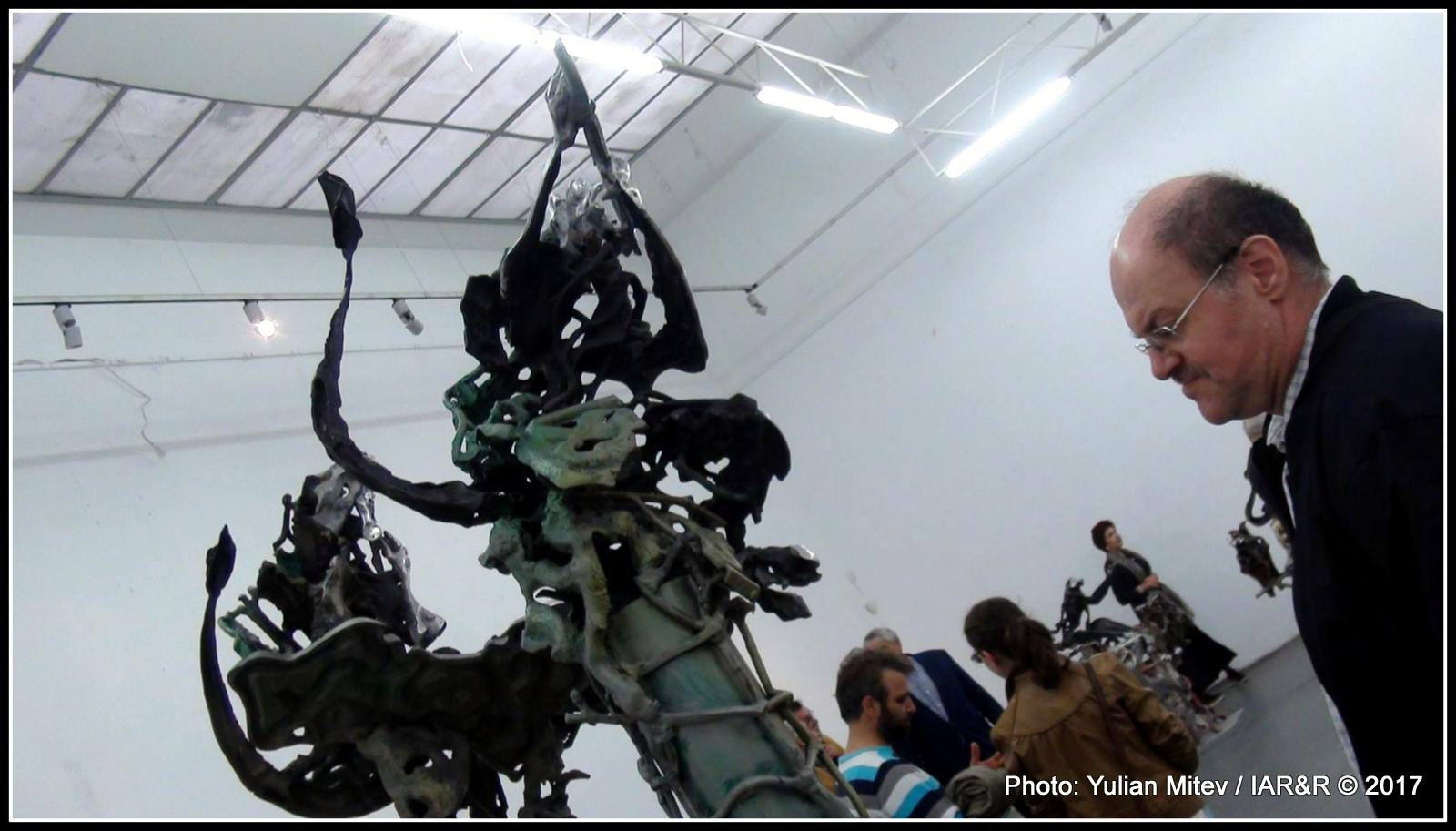 Странните ракурси правят скулптурната група не само интересна, но и интригуваща. Всеки иска да отгатне каква идея се крие зад представените образи