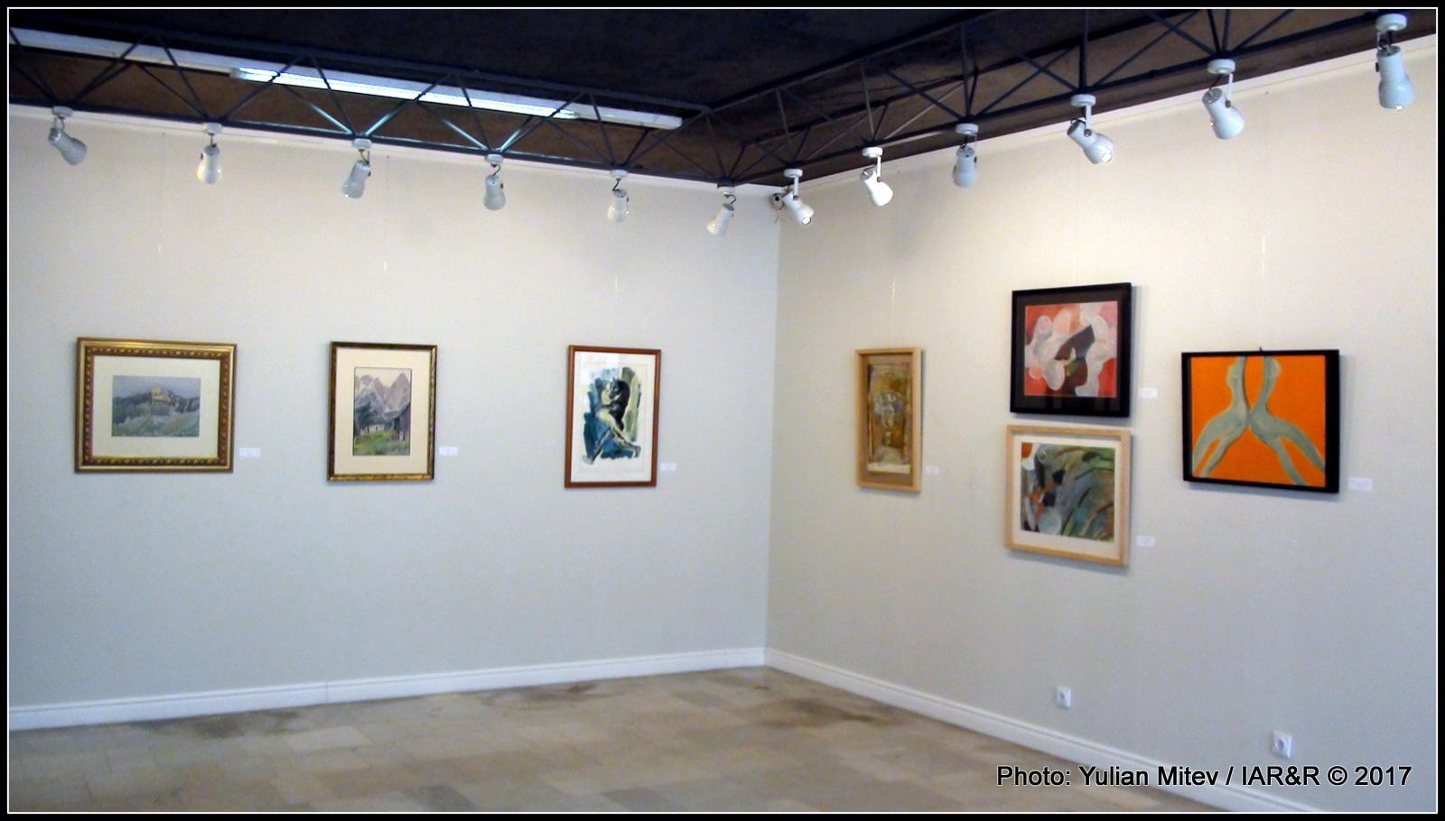 """Интериор от галерия """"Сезони"""" с пример за линейно-фризово хоризонтално и вертикално разположение на експонатите"""