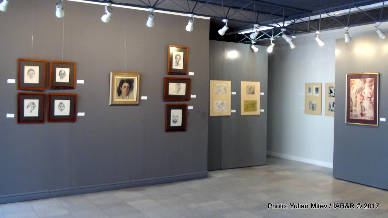 """Интериор от галерия """"Сезони"""" с пример за блоково, единично, вертикално и групово подреждане на експонатите"""