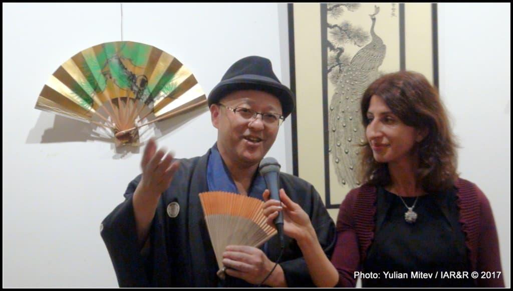 Пред микрофона е майсторът на ръчно израбитените ветрила – гостът от Киото, Томохиро Кодоно