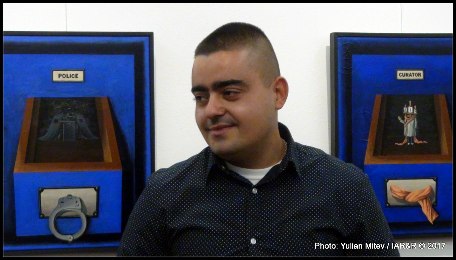 Художникът Деян Янев пред свои картини по време на откриване на изложбата