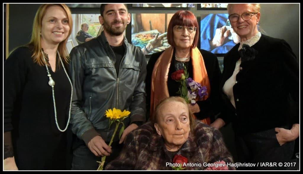 Калина Тасева в обкръжение на своя внук, дъщеря и колектива на галерия «Арте»