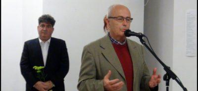 Известният български изкуствовед и виден столичен преподавател в НХА Чавдар Попов (пред микрофона) изнесе вълнуващо слово при откриване на изложбата на Греди Аса (с буката в ръка)