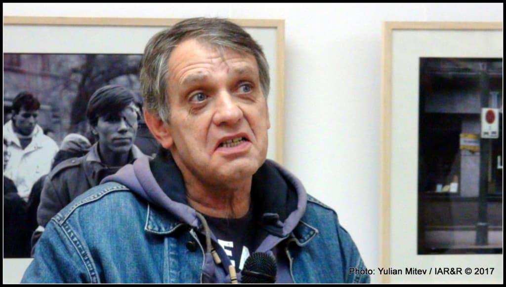Извънстудиен портрет на Владо Береану, които със своя разказ допълни дискурса за събитията от Букурещ по това време, представени на фотоизложбата