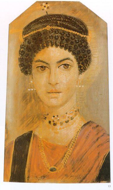 Портрет на жена, който може да се види в Кралския музей на Шотландия. Обърнете внимание н прическата, детайлните обеци и оранжевия хитон.